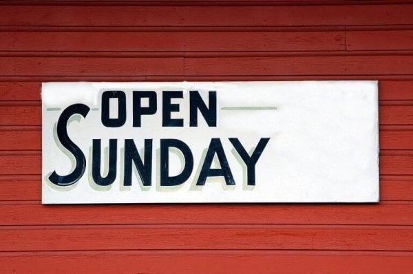"Skilt med teksten ""åben på søndage"""