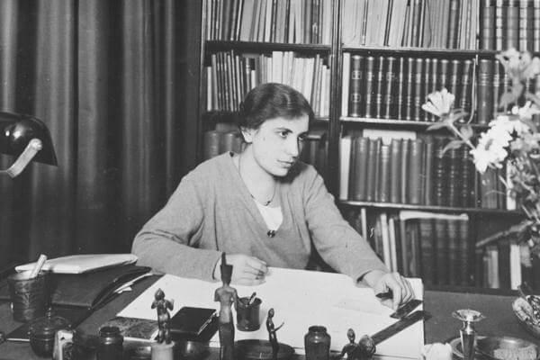 Anna Freud ved skrivebord
