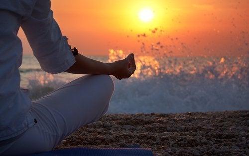 Mand mediterer foran bølger