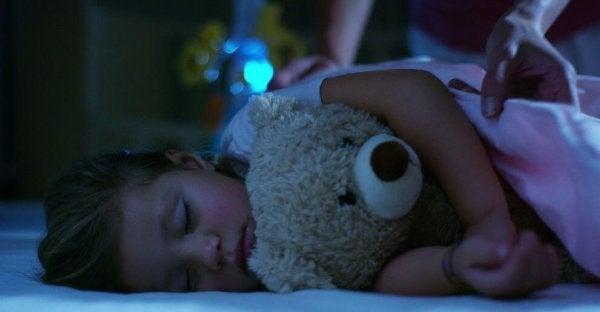 Lille pige sover med bamse