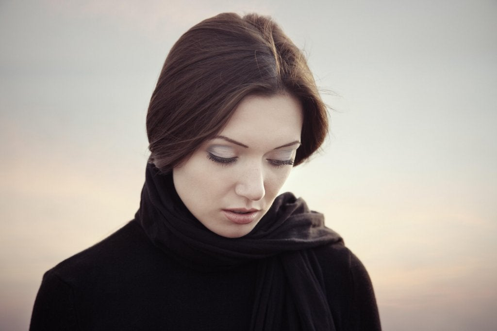 Kvinde tænker over, hvordan handlinger afspejler ord