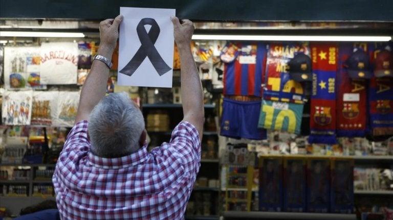 Mand hænger sløjfe op i støtte af terror i Barcelona