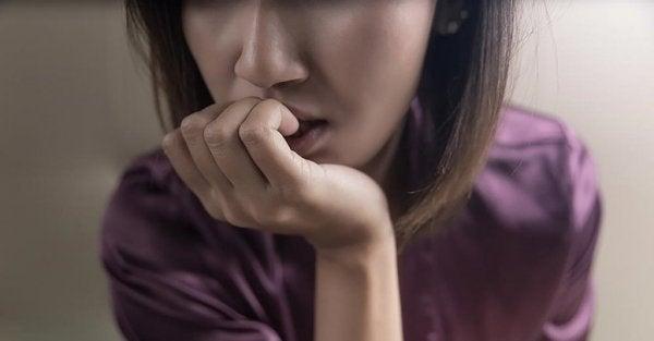 Kvinde bider negle