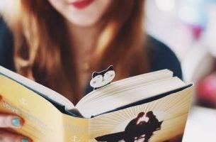 Kvinde med bog nyder forbindelsen mellem læsning og hjernen