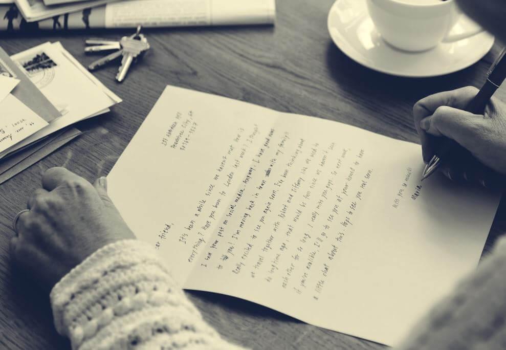 Teenager skriver brev til forælder