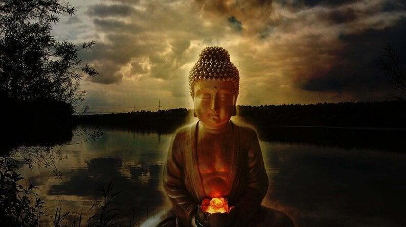 Statue af Buddha foran flod