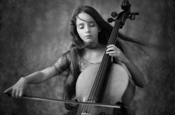 Pige spiller cello med lukkede øjne