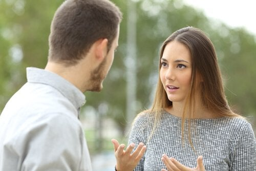 Kvinde diskuterer med mand om at være en kujon