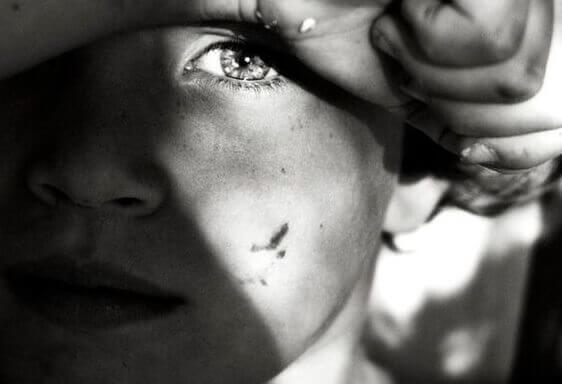 Såret dreng i dysfunktionel familie