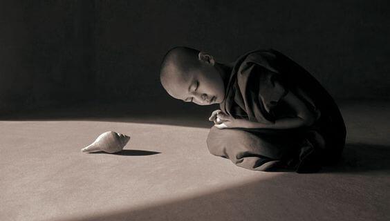 Dreng sidder foran konkylie