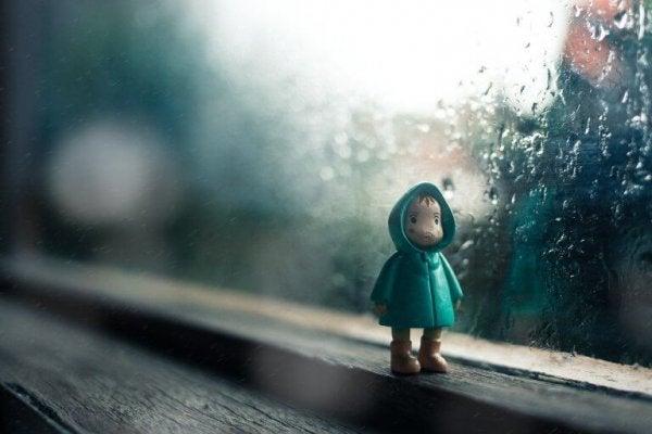 Lille dukke foran vindue