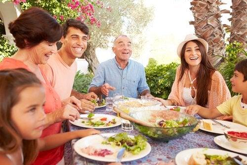 Familie spiser sammen for at undgå følelsesmæssig sult