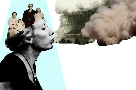 Kvinde med familie i hoved puster røg og symboliserer en beordrende person