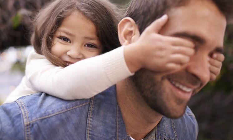 Pige på fars skuldre