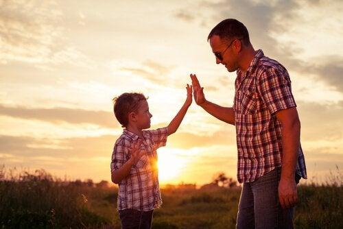 Far og søn giver high five