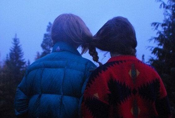 Pigers hår er flettet sammen for at symbolisere følelsesmæssig afhængighed
