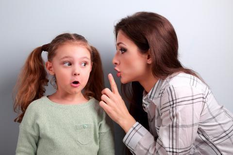 Mor fortæller datter hemmeligheder som en del af forældrefremmedgørelse
