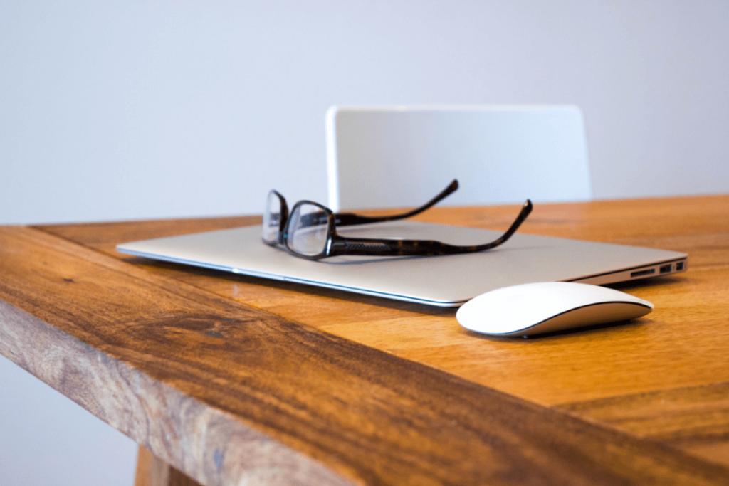 Skrivebord anvendes til forberedelse til at tale offentligt