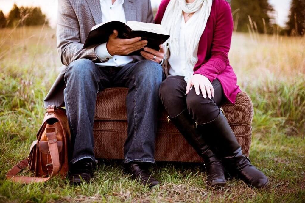 Par med bog nyder at snakke om kærligheden