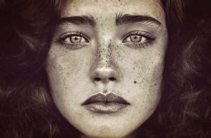 Kvinde med fregner
