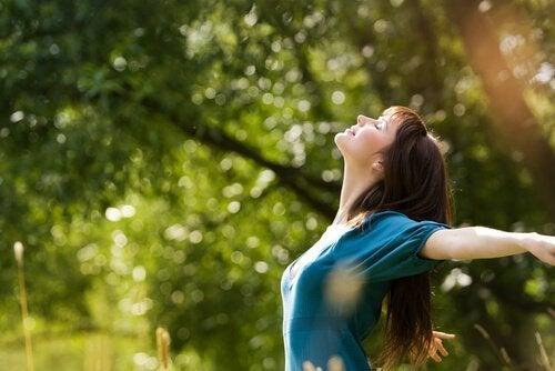 Kvinde i skov er fri