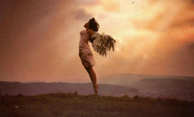Du bør elske din krop som denne kvinde i det fri