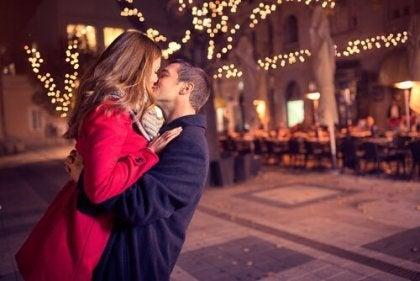 Par på gade illustrerer anatomien af et kys