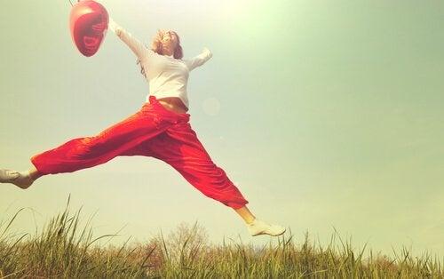 Kvinde, der hopper, oplever positive følelser