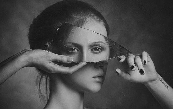Kvinde med glas foran øjne for at vise spejlbillede