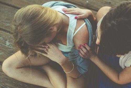 Kvinde føler venindes gråd på grund af følelsesmæssig smitte