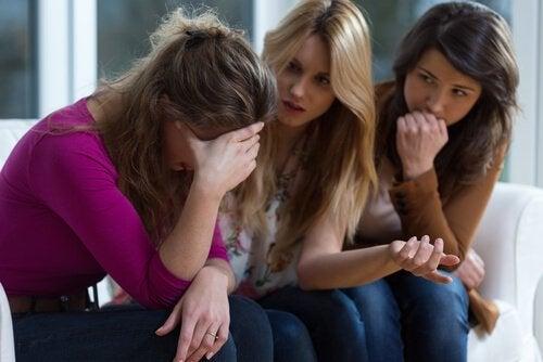 Veninder trøster kvinde, der er plaget af psykologisk misbrug