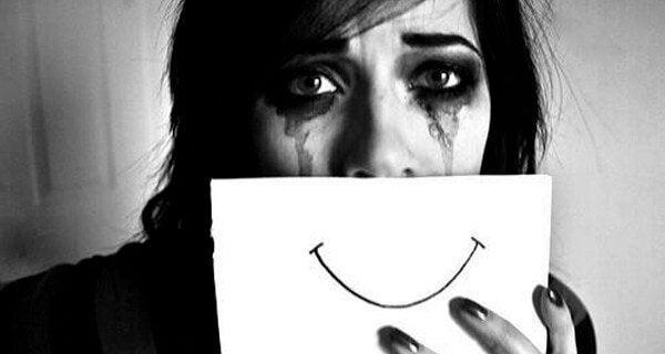 Grædende kvinde lider af dissociativ identitetsforstyrrelse