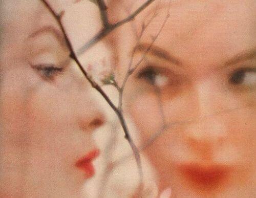 Kvinde med eget spejlbillede