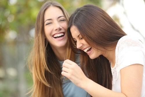 To kvinder griner sammen