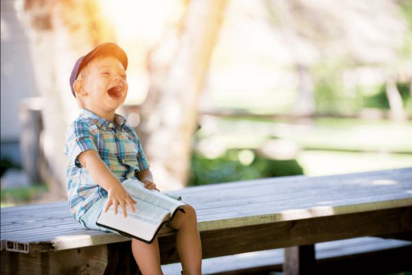 Lille dreng griner stort