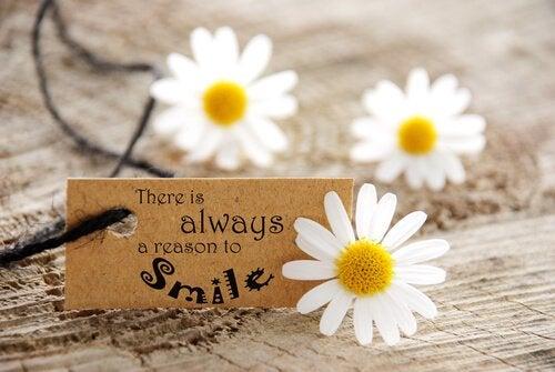 """Skilt med teksten """"der er altid en grund til at smile"""""""