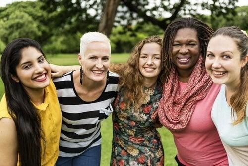 En gruppe kvinder symboliserer forskellige typer feminisme
