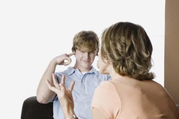 Rebelske teenagere vil ikke høre  på forældre