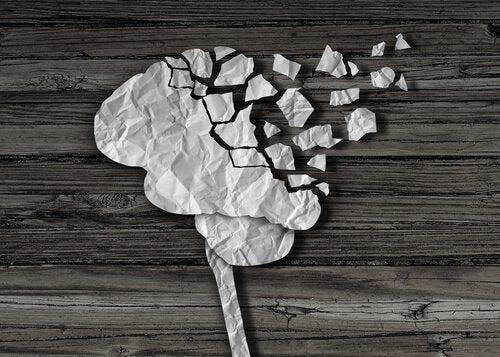 Hjerne af ødelagt papir symboliserer, hvordan hjerneskade ændrer personen