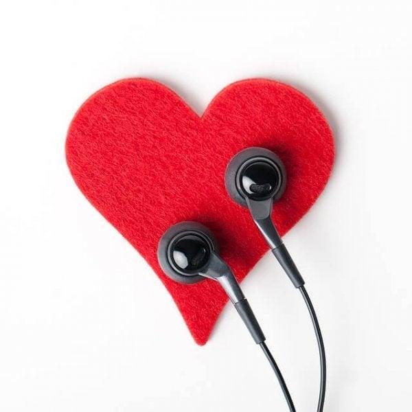 Hjerte med høretelefoner illustrerer aktiv lytning