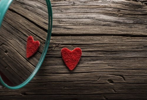 Hjerte på træbord spejler sig i spejl