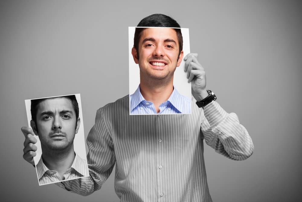 Mand bruger masker for at dække humørsvingninger