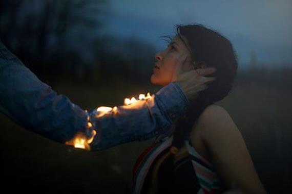 Mand med ild i arm rører kvindes ansigt