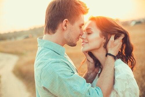 Par, der kysser, oplever fordelene ved oxytocin