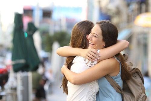 Kvinder krammer for at hele knuste hjerter