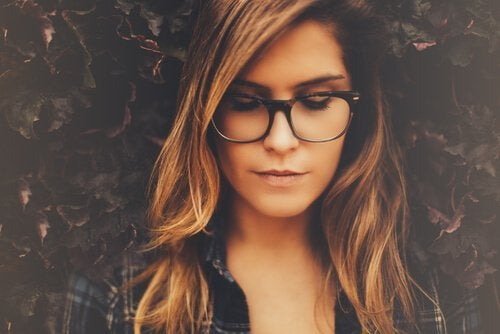 Kvinde med briller på