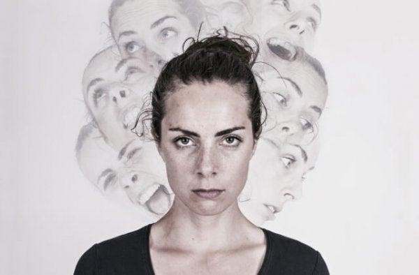 Kvinde med dissociativ identitetsforstyrrelse