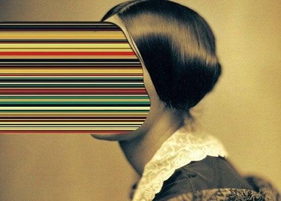 Kvinde mest abstrakte streger foran ansigt