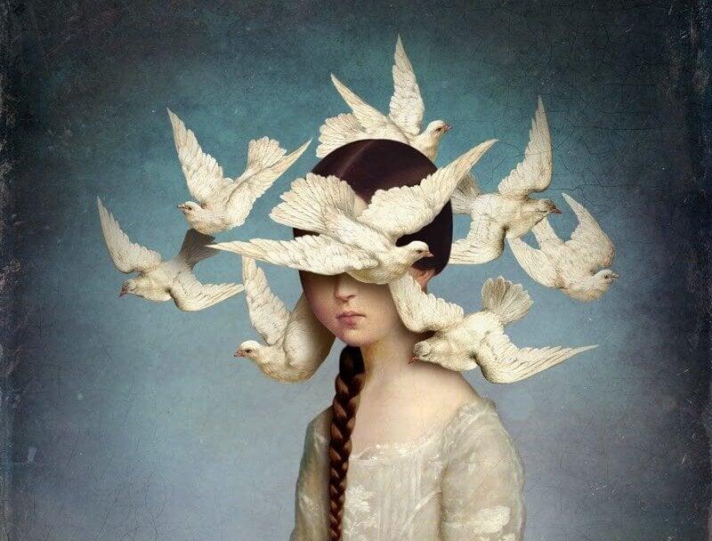 Kvinde med hvide fugle flyvende om hovedet