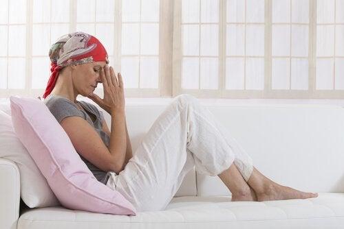 Kvinde tager sig selv til hoved i kampen mod kræft